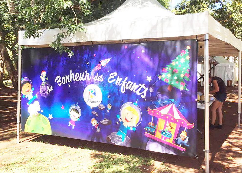 Support de communication Habillage en bâche de fond de tente pour l'opération au bonheur des enfants du département de la réunion