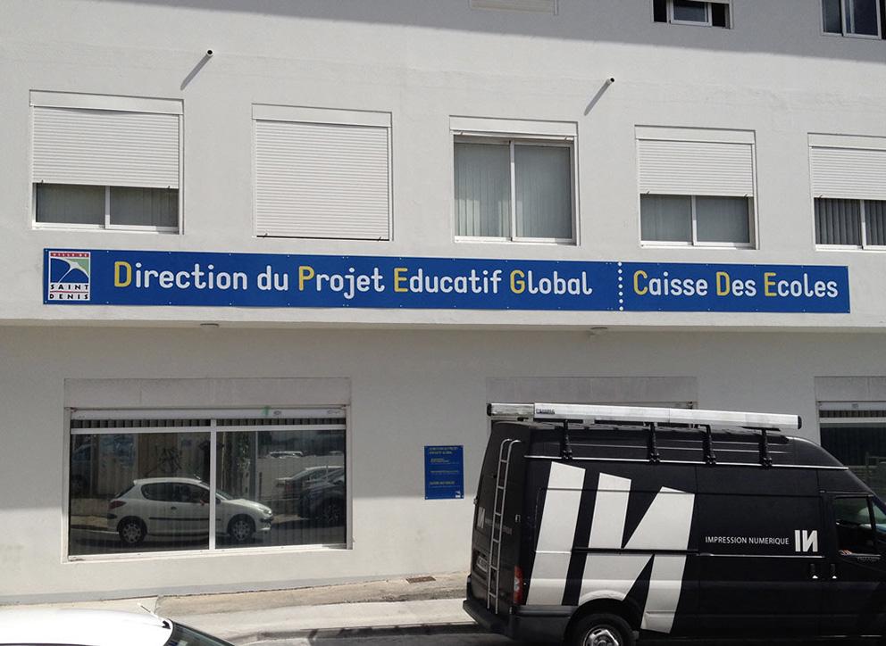 Support de communication Enseigne en dibond sur façade pour la caisse des écoles.