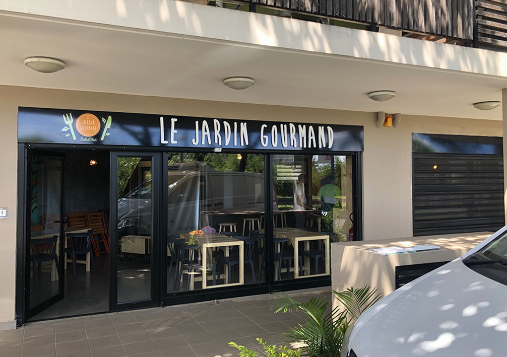 Support de communication Enseigne façade pour le restaurant le jardin gourmand avec lettrage en PVC de 19 mm pour du relief