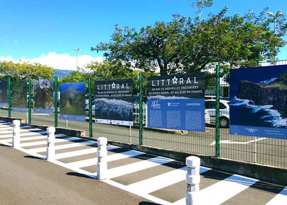 Support de communication Exposition urbaine sur le littoral de la réunion en dibond, placée à l'aéroport de la réunion