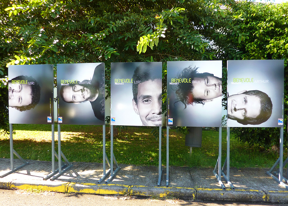 Support de communication Mise à l'honneur des bénévoles de la mairie de St Denis en exposition urbaine sur panneaux dibond et structure métallique auto-portante