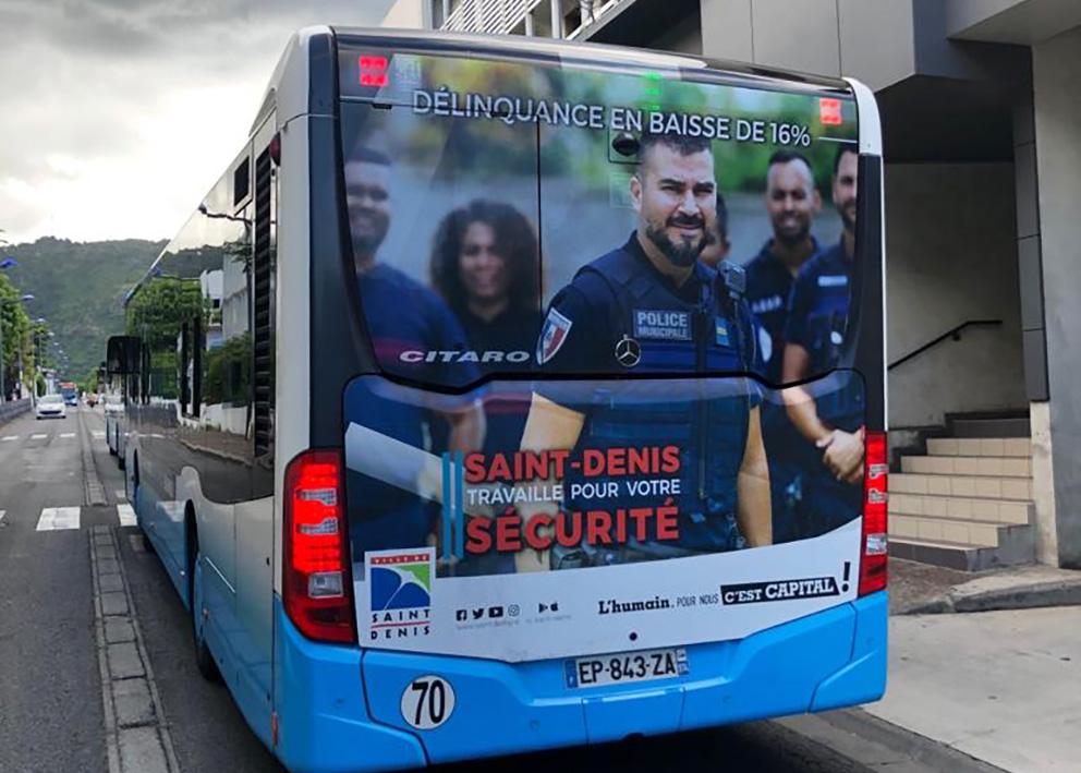 Support de communication Habillage en adhésif et microperforé de cul de bus pour l'opération des agents de la mairie de St Denis