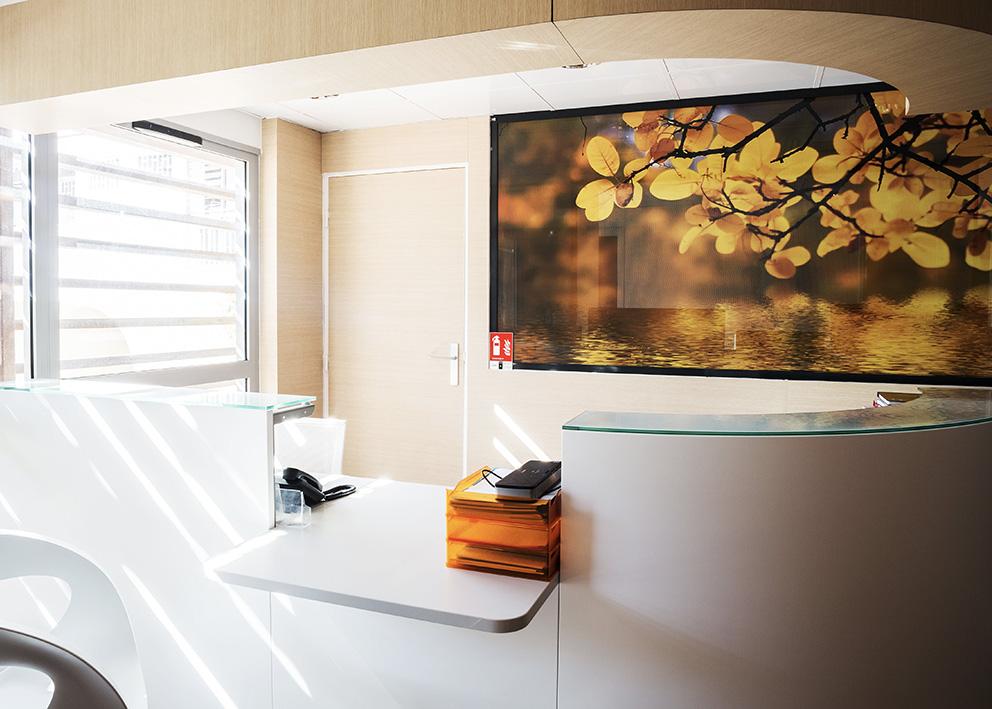 Support de communication Vitrophanie décorative et fonctionnelle pour garder un maximum de discrétion cabinet de radiologie Alizés