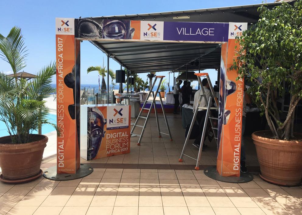 Support de communication Habillage d'arche d'entrée en akyplac du salon NxSE