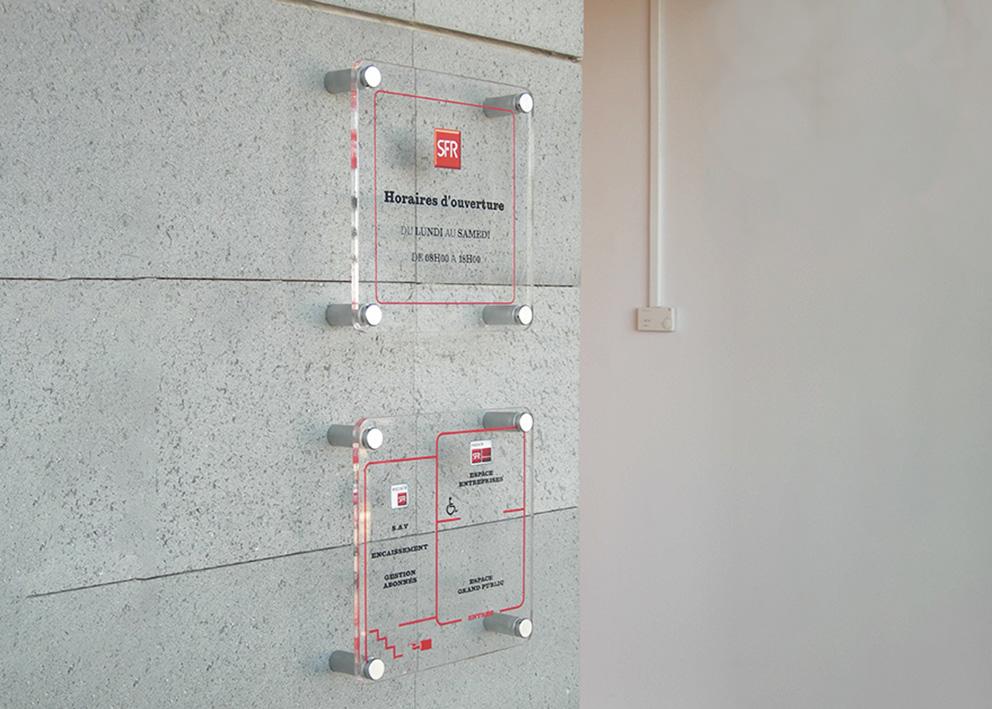 Signalétique plaque de porte en plexi et panneau horraire